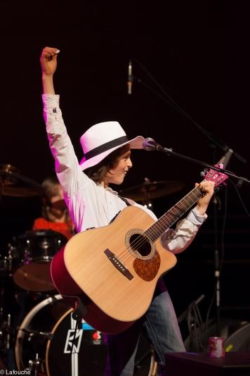 Robin au chant et à la guitare