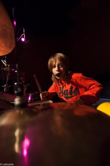 Delphi à la batterie et aux bongos
